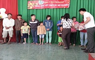 NEW YEAR PROGRAM DONATED TO THE POOR RESIDENCE AND GIVED RECRUITMENT REPORT OF HAI VUONG CO.LTD TO THE CAM LAM DISTRICT